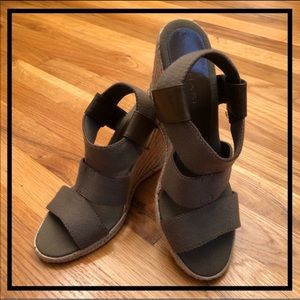 🌻 5 for $35 🌻 TAHARI Cute Stretchy Strap Wedges
